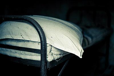 Old bed - p829m2295667 by Régis Domergue