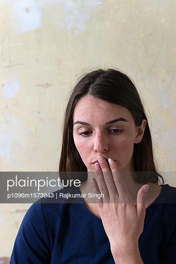 Melancholische Frau mit Hand auf den Lippen - p1096m1573943 von Rajkumar Singh