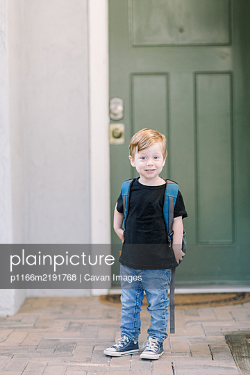 First day of preschool photo at home with backpack - p1166m2191768 by Cavan Images