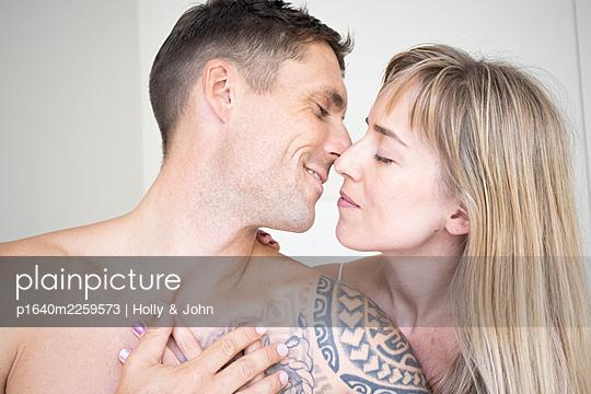 Verliebtes Paar küsst sich, Nahaufnahme - p1640m2259573 von Holly & John