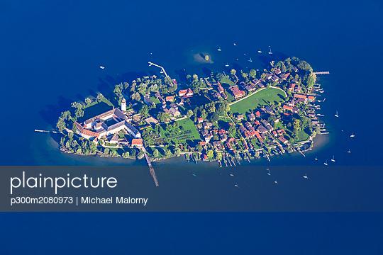 Germany, Bavaria, Chiemgau, Aerial view of Lake Chiemsee, Frauenchiemsee - p300m2080973 von Michael Malorny