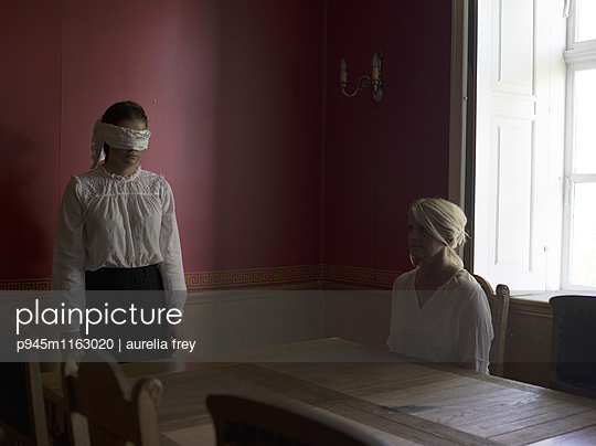 Frau und Mädchen mit Augenbinde - p945m1163020 von aurelia frey