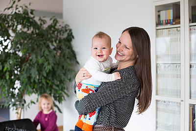 Mutter mit zwei Kindern - p1308m1525018 von felice douglas