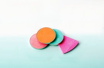 Eyeshadow and sponge - p1371m1425300 by Virginie Perocheau