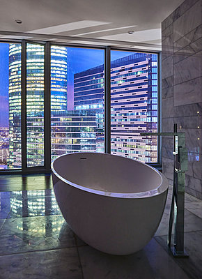 Bathroom in a skyscraper - p390m1582804 by Frank Herfort