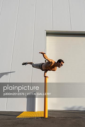 Acrobat training on a pole - p300m2012376 von VITTA GALLERY