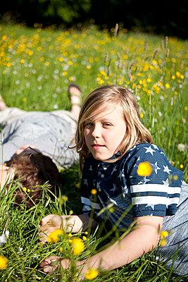 Jungen liegen im Gras - p1195m1138110 von Kathrin Brunnhofer