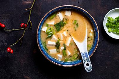 Miso soup, silken tofu, wakame seaweed, spring onion - p300m1535367 by Susan Brooks-Dammann