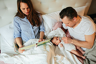 Family together in bed - p312m2049837 by Anna Rostrom