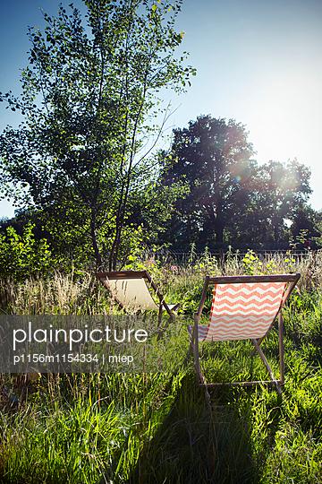 Liegestühle in Wiese - p1156m1154334 von miep