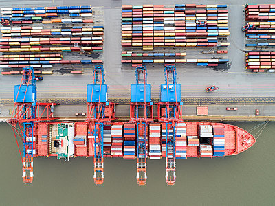 Container terminal, Hamburg harbour, aerial view - p1079m2175926 by Ulrich Mertens