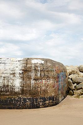 Bunker am Strand - p117m918192 von Katja Nitsche