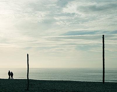 Paar am Strand - p1443m1539237 von SIMON SPITZNAGEL