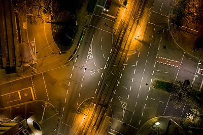 Aerial view empty city streets at night during COVID-19, Stuttgart, Germany - p301m2202388 by Stephan Zirwes