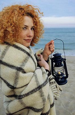Junge rothaarige Frau hält - p4737093f von STOCK4B-RF