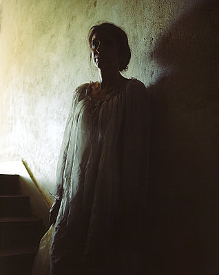 Woman wearing white dress - p945m2125798 by aurelia frey