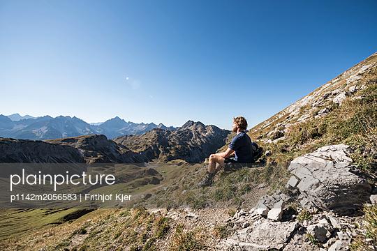 Junger Wanderer macht Pause - p1142m2056583 von Runar Lind