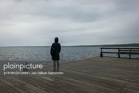 Frau steht auf einem Pier - p1418m2013888 von Jan Håkan Dahlström