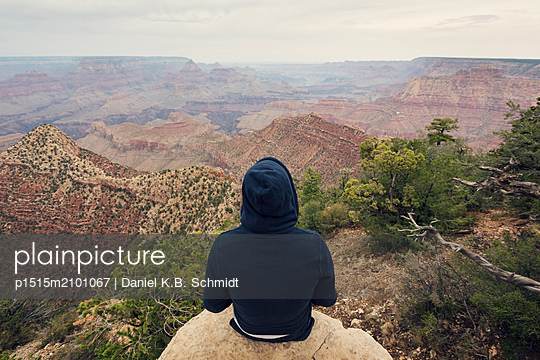 Man overlooking the Grand Canyon - p1515m2101067 by Daniel K.B. Schmidt