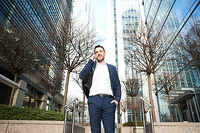 UK, London, Business man in downtown - p924m2271262 by Peter Muller