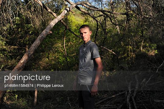 Jugendlicher im Wald - p1468m1584974 von Philippe Leroux