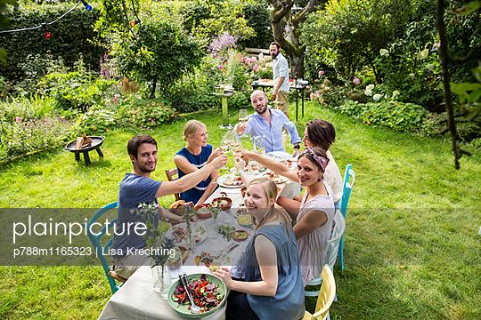 Freunde feiern eine Gartenparty - p788m1165323 von Lisa Krechting