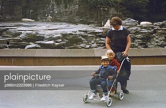 Deutschland, Berlin, Zoobesuch in der DDR - p986m2223986 von Friedrich Kayser