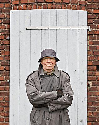Elderly man - p1092m879871 by Rolf Driesen