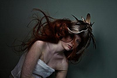 Mädchen mit roten Haaren posiert - p1146m1004532 von Stephanie Uhlenbrock