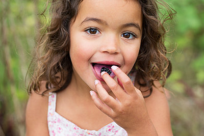 Girl with Blackberries - p1231m1466436 by Iris Loonen