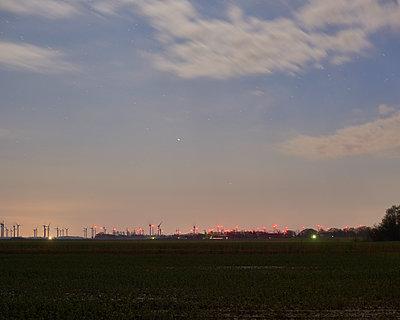 Windpark in der Dämmerung - p133m1137491 von Martin Sigmund