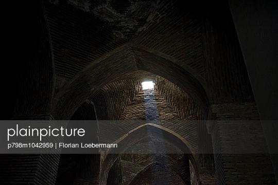 Sonnenstrahlen erhellen die Freitagsmoschee in Isfahan - p798m1042959 von Florian Loebermann