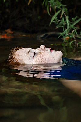 Girl floating in the water - p1019m2124767 by Stephen Carroll