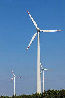 Drei Windräder - p570m816662 von Elke Röbken