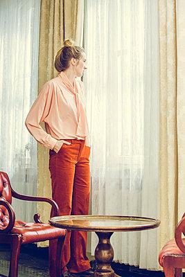 Blonde Frau am Fenster - p904m1133672 von Stefanie Päffgen