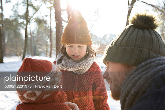 The Netherlands, Vught, father and sons playing in snowy woods - p300m2281975 von Frank van Delft