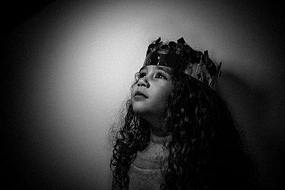 Girl wearing crown - p1118m1541506 by Tarik Yaici