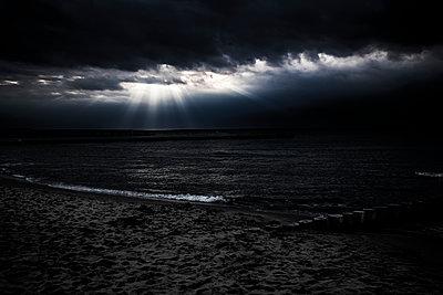 Gewitterwolken am Ostseestrand - p1243m1108976 von Archer