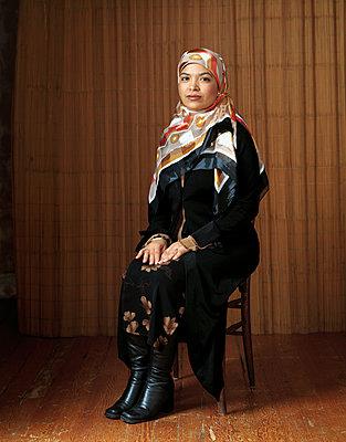 Islamische Frau mit Kopftuch - p1614m2185780 von James Godman