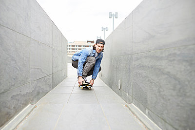 Young man skateboarding in the city - p300m1586977 by Francesco Morandini