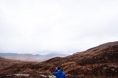 Man hiking, Glencoe, Scottish Highlands, Scotland - p429m1014641 by Philippa Langley