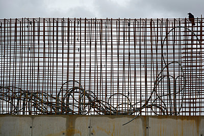 concrete wall and steel grid - p876m1503913 by ganguin