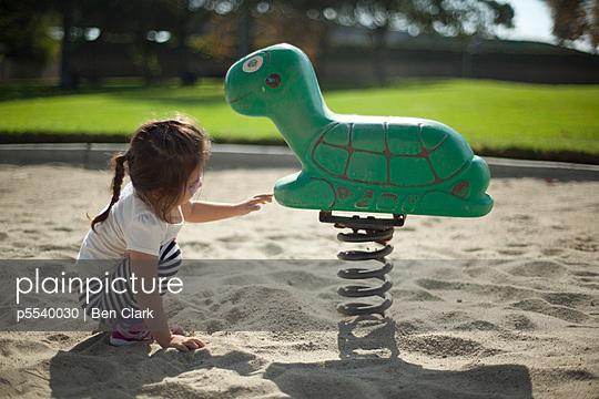 Mädchen auf dem Spielplatz - p5540030 von Ben Clark
