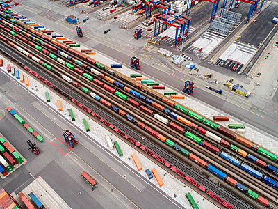 Containerterminal, Verladung von Containern, Luftaufnahme - p1079m2175925 von Ulrich Mertens