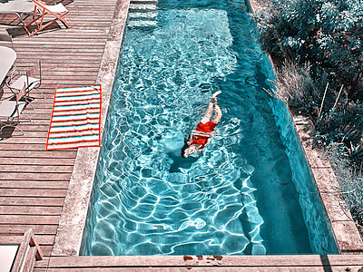 Woman in swimming pool - p1413m2221833 by Pupa Neumann