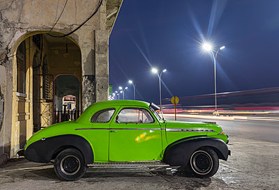 Parked vintage car at night, Havana, Cuba - p300m2114283 by hsimages