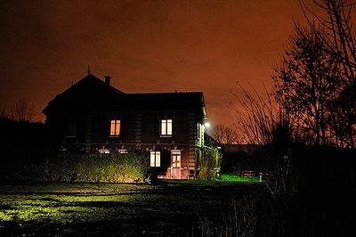 Unheimliches Haus - p567m1469191 von Ernesto Timor