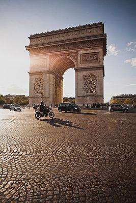 Triumphbogen in Paris an einem sonnigen Tag - p946m938951 von Maren Becker