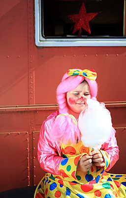Die Zuckerwatte anschmachten - p045m1034355 von Jasmin Sander