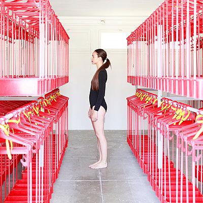 Junge Frau in Umkleide - p1105m2082559 von Virginie Plauchut
